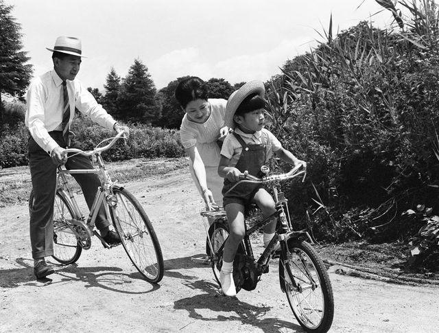 Những hình ảnh ghi dấu cuộc đời Nhật hoàng Akihito - vị hoàng đế của những điều đầu tiên - Ảnh 6
