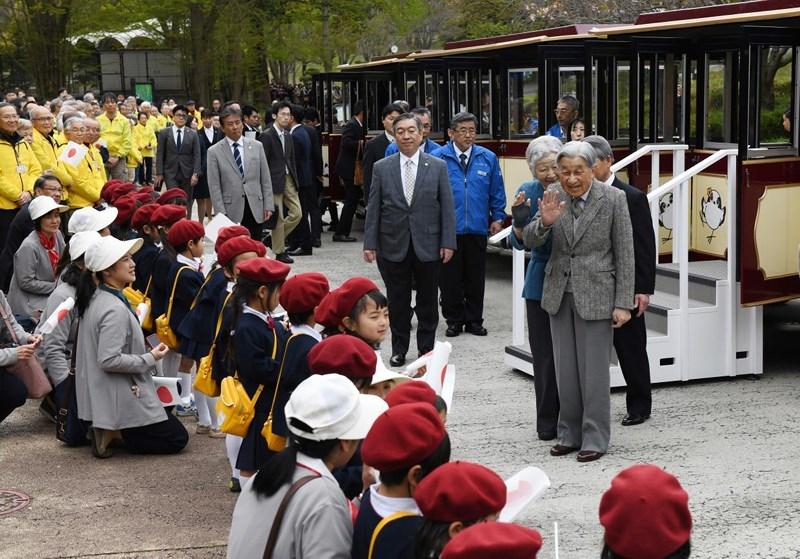 Những hình ảnh ghi dấu cuộc đời Nhật hoàng Akihito - vị hoàng đế của những điều đầu tiên - Ảnh 7
