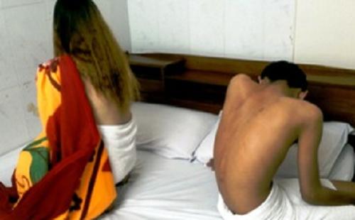 Đột kích cơ sở massage, bắt quả tang 2 nữ nhân viên thoát y kích dục cho khách - Ảnh 1