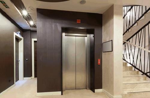 Người nước ngoài bị tố sàm sỡ 2 phụ nữ trong thang máy chung cư là ai? - ảnh 1