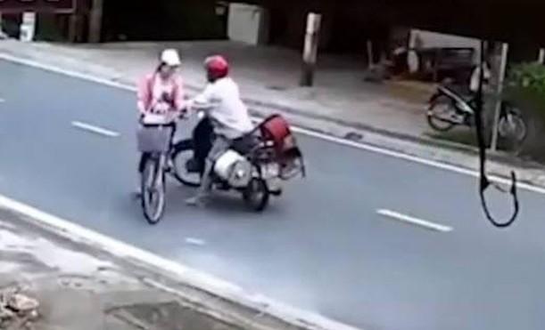 Clip người đàn ông sàm sỡ bé gái giữa đường ở Nam Định: Người đàn ông 43 tuổi thừa nhận hành vi - ảnh 1