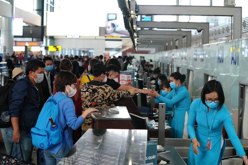 Bị nhắc đỗ xe quá giờ, tài xế đấm chảy máu miệng nhân viên an ninh sân bay Nội Bài - ảnh 1