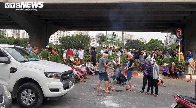 Hà Nội: Nhiều người đeo khăn tang, mang di ảnh người thân ngồi giữa hiện trường vụ tai nạn 1 năm trước - ảnh 1