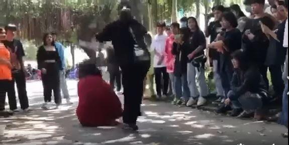 Vụ clip thiếu nữ mặc áo đỏ bị cô gái áo đen đánh dã man: Người đánh là ai? - ảnh 1