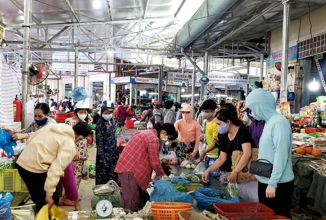 Mỗi gia đình ở Đà Nẵng được phát 5 thẻ vào chợ, 3 ngày cử người đi chợ/ lần - ảnh 1