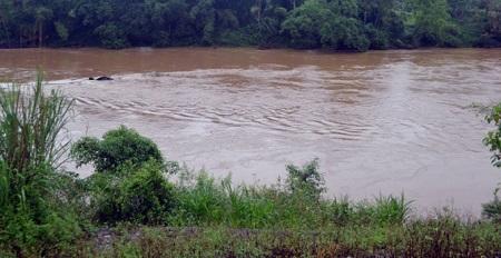 Đi đánh cá trên sông Lô, hai bố con Bí thư thôn bị lật thuyền mất tích - ảnh 1