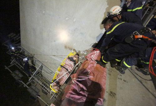 Vụ rơi khỏi cầu Nhật Tân: Do đu dây xuống nhặt flycam - ảnh 1
