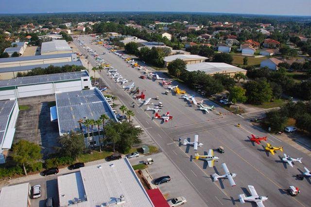 Thị trấn lạ lùng: 5000 cư dân nhưng tới 700 nhà để máy bay, siêu xe xếp hàng dài ngoài đường - ảnh 1