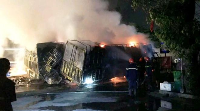 Xe tải chở hàng bốc cháy trơ khung trên đường tránh Quốc lộ 1A - Ảnh 2