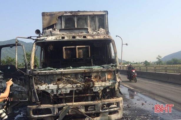 Xe tải chở hàng bốc cháy trơ khung trên đường tránh Quốc lộ 1A - Ảnh 1