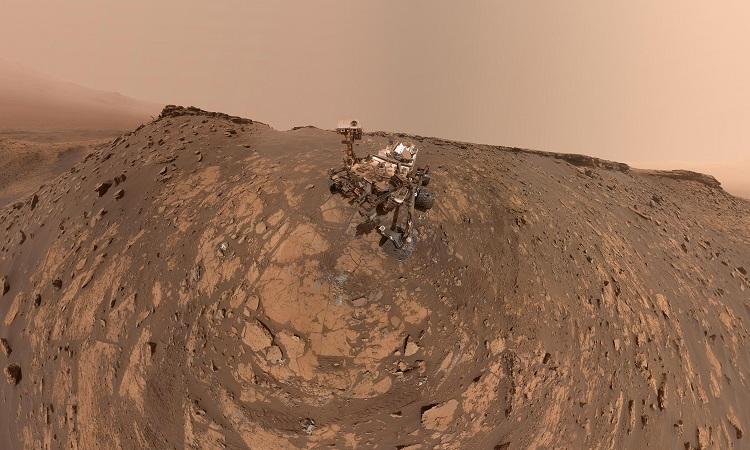 Robot NASA chụp ảnh selfie giữa sườn đồi khô cằn của hành tinh đỏ - ảnh 1