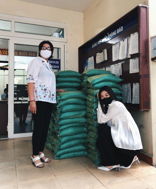 Hoa hậu Khánh Vân trao tặng 2 tấn gạo cùng 200 thùng mì cho người nghèo - ảnh 1