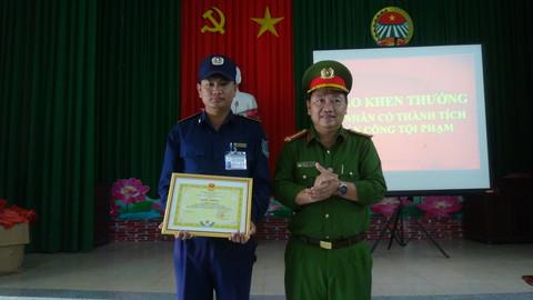 Đồng Tháp: Khen thưởng nhân viên bảo vệ dũng cảm bắt trộm - ảnh 1