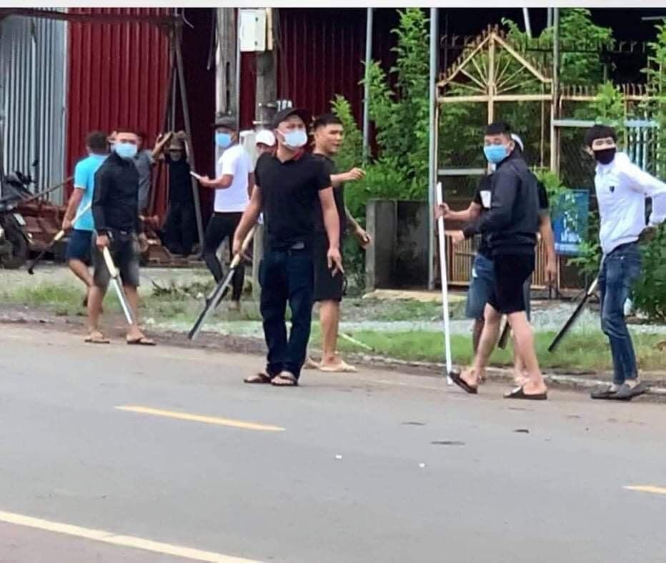 Truy bắt hai băng nhóm đi ô tô cầm mã tấu đâm chém loạn xạ ở Đồng Nai - ảnh 1