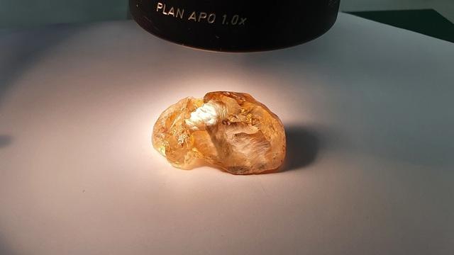 Phát hiện viên kim cương thô màu vàng đậm trăm triệu năm tuổi lớn nhất ở Nga - ảnh 1