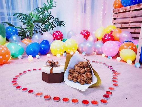 """Chàng trai tặng bạn gái """"bó hoa"""" 15 chiếc đùi gà rán để kỷ niệm tình yêu - ảnh 1"""
