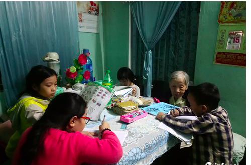 Bà giáo gần 100 tuổi cần mẫn dạy học miễn phí cho trẻ em nghèo - ảnh 1