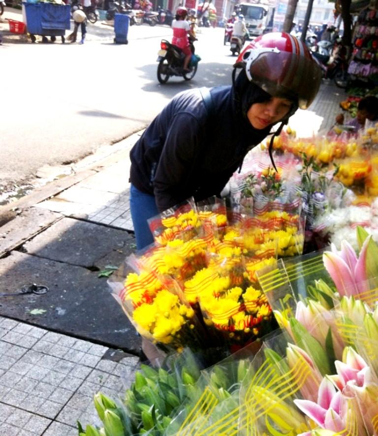 Tê tay khi cắm hoa tươi vì hóa chất bảo quản? - ảnh 1