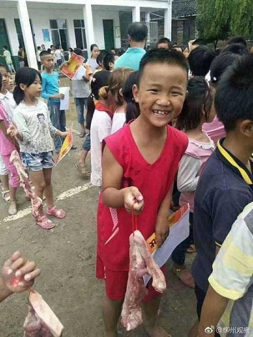 Chuyện lạ: Học sinh giỏi được thưởng miếng thịt 600g - ảnh 1
