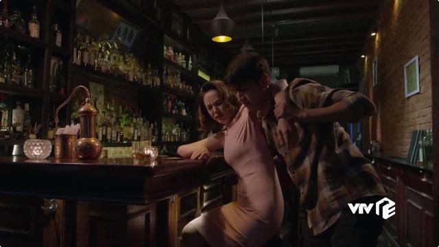 Những cô gái trong thành phố tập 31: Tùng bỏ dở bữa ăn với Mai để đến quán rượu đưa Xuân về - Ảnh 4