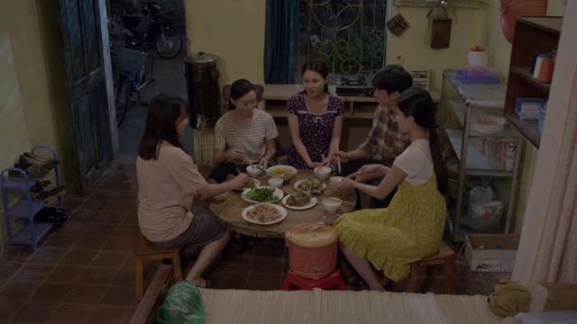 Những cô gái trong thành phố tập 31: Tùng bỏ dở bữa ăn với Mai để đến quán rượu đưa Xuân về - Ảnh 3