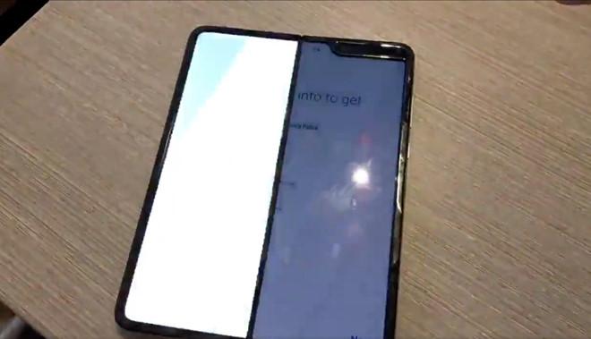 Điện thoại gập Galaxy Fold gần 2.000 USD dính lỗi màn hình sau vài ngày sử dụng - Ảnh 2