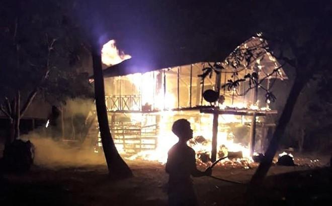 Gia Lai: Cháy nhà sàn trong đêm khiến một bé gái thiệt mạng - Ảnh 1