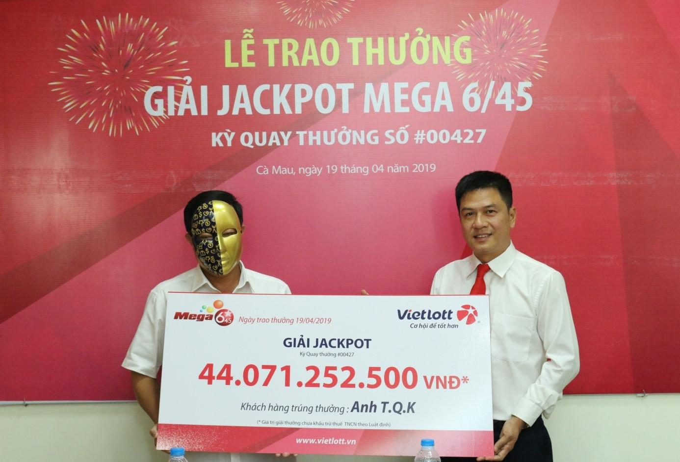 Chủ nhân của Jackpot 2 trị giá hơn 3,7 tỳ đồng đã đến nhận giải - Ảnh 2