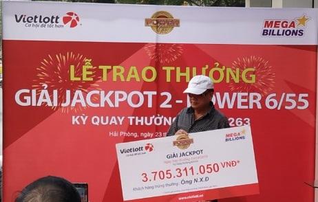 Chủ nhân của Jackpot 2 trị giá hơn 3,7 tỳ đồng đã đến nhận giải - Ảnh 1