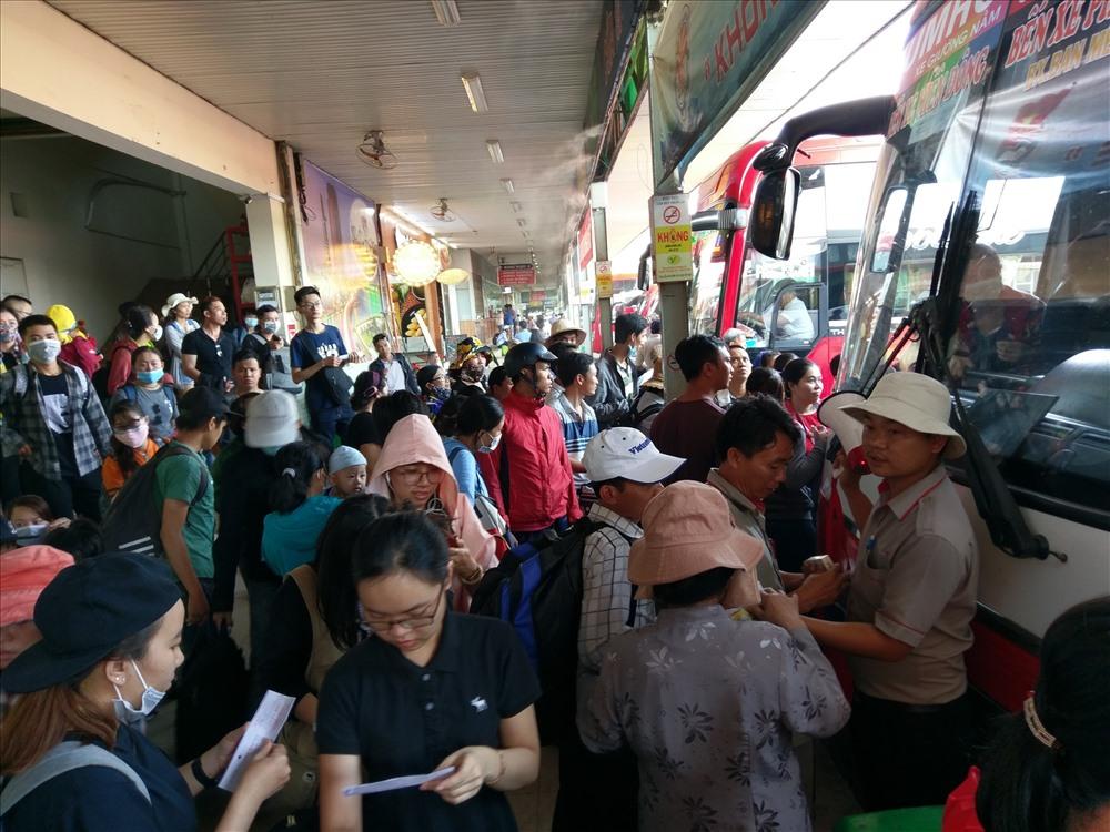 Người dân Sài Gòn nhích từng bước dưới nắng nóng, đường phố kẹt cứng - Ảnh 8