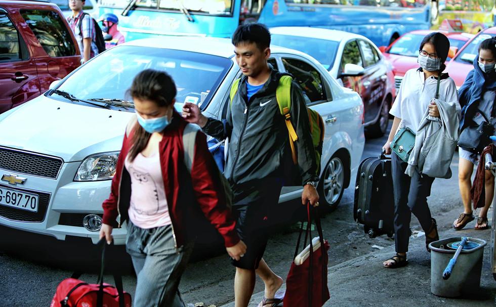 Người dân Sài Gòn nhích từng bước dưới nắng nóng, đường phố kẹt cứng - Ảnh 5