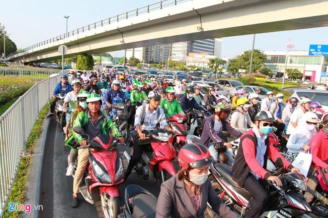 Người dân Sài Gòn nhích từng bước dưới nắng nóng, đường phố kẹt cứng - Ảnh 3