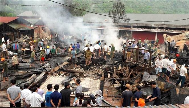 Lai Châu: Hỏa hoạn thiêu rụi 6 căn nhà, kho hàng tại chợ Nậm Cuổi - Ảnh 1