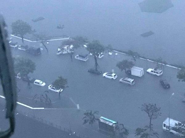 Mưa lớn kéo dài nhiều tiếng tại Đà Nẵng, phố biến thành sông - ảnh 1