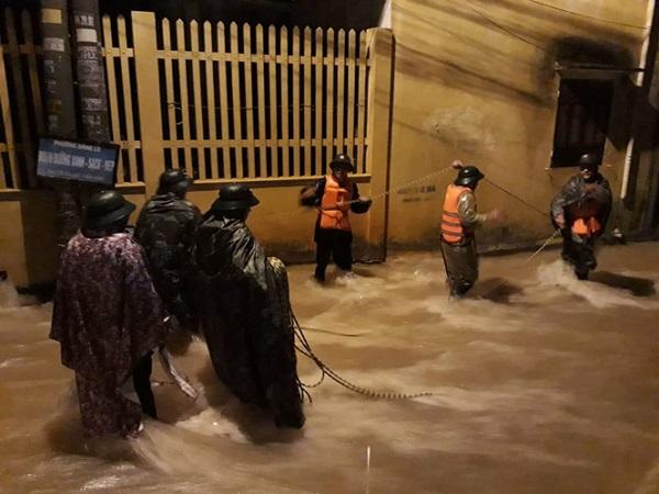 Quảng Trị: Mưa lớn nhiều giờ, thành phố chìm trong biển nước, 2 người mất tích - ảnh 1