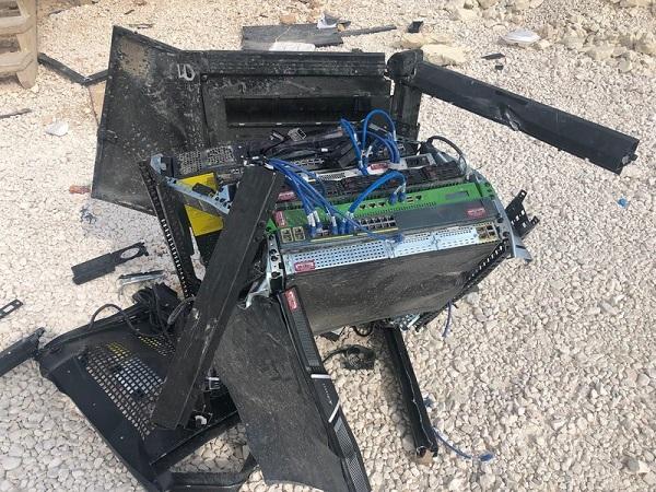 Thị sát hiện trường nơi Mỹ ném bom tự phá hủy hủy căn cứ ở Syria trước khi rời đi - ảnh 1