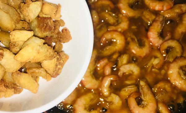 Thử nấu tôm rim muối ớt theo công thức mẹ dạy, ai ăn xong cũng hỏi cách làm - ảnh 1