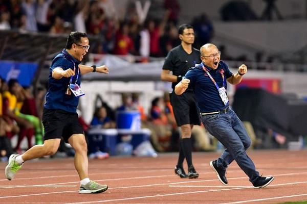 """Màn ăn mừng """"đáng yêu"""" của thầy Park khi Hùng Dũng ghi bàn vào lưới Indonesia - ảnh 1"""