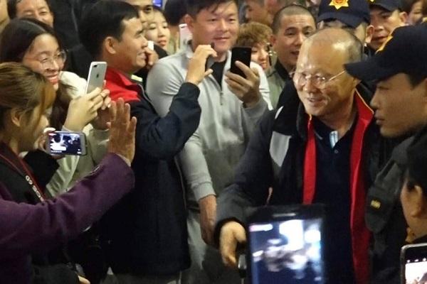 Nửa đêm, các tuyển thủ U23 Việt Nam lỉnh kỉnh xách hành lý sang Hàn Quốc tập huấn - ảnh 1