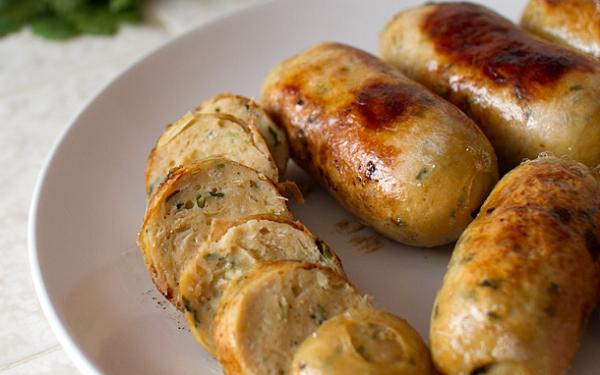 Thịt lợn tăng giá, mẹ tự làm xúc xích gà vừa rẻ lại cực ngon khiến con thích mê - ảnh 1