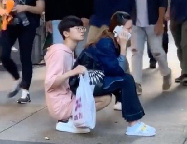 Khoảnh khắc gây tranh cãi: Chồng ngồi xổm trên sàn làm ghế êm cho vợ bầu - ảnh 1
