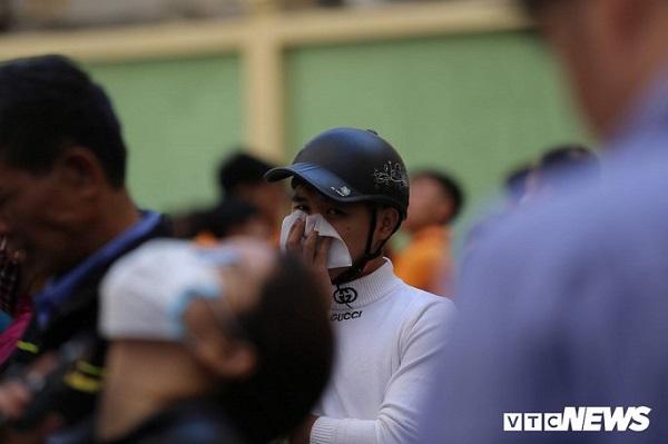 Cháy phòng giao dịch ngân hàng BIDV ngay dưới tầng 1 chung cư, nhiều người được giải cứu - ảnh 1
