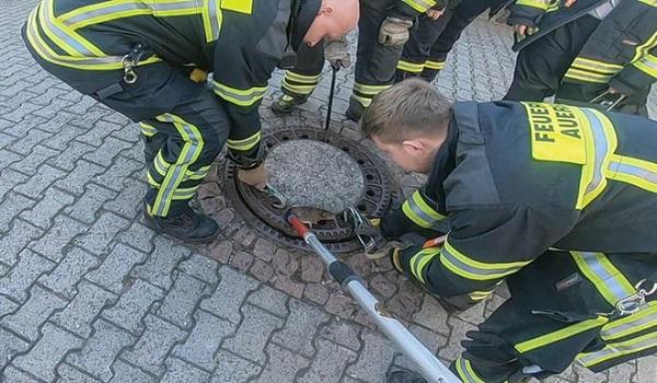 """Hài hước: """"Điều động gấp"""" đội cứu hỏa để giải thoát chú chuột béo ú mắc kẹt - Ảnh 2"""