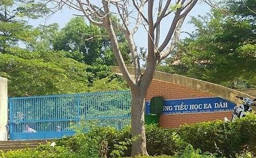 Nữ giáo viên bị tát dép vào mặt ngay trước cổng trường vì nợ nần - Ảnh 1