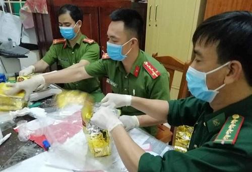 Khám nhà các nghi phạm trong vụ bắt giữ gần 1 tấn ma túy đá ở Nghệ An - Ảnh 2
