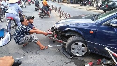 Tin tức tai nạn giao thông mới nhất hôm nay 11/6/2019: Đầu tàu hỏa chở than mất lái lao vào nhà dân - ảnh 1