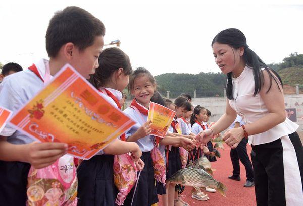 Hi hữu: Trường học trao cá chép làm phần thưởng cho học sinh giỏi - ảnh 1