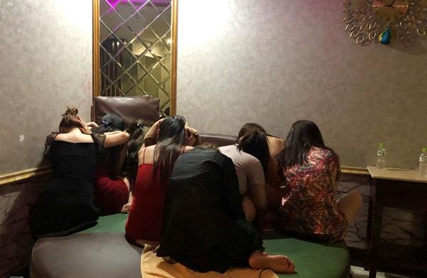 Bắt quả tang tiếp viên massage khoả thân kích dục cho khách ở TP.HCM - ảnh 1
