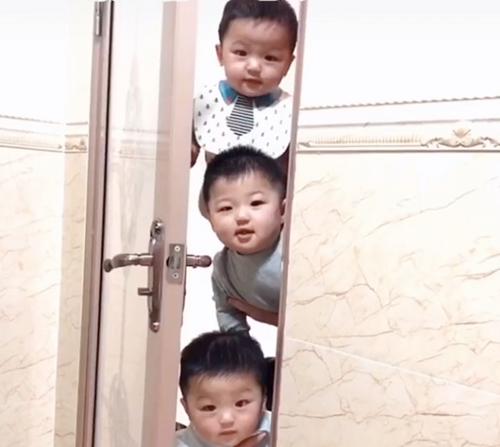 Mẹ đang trong nhà vệ sinh, 3 nhóc tì lần lượt xuất hiện ngoài cửa khiến ai nấy cũng phải phì cười - ảnh 1