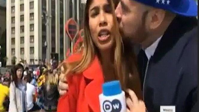 Phẫn nộ người đàn ông vỗ mông nữ phóng viên ngay trên sóng truyền hình trực tiếp - ảnh 1